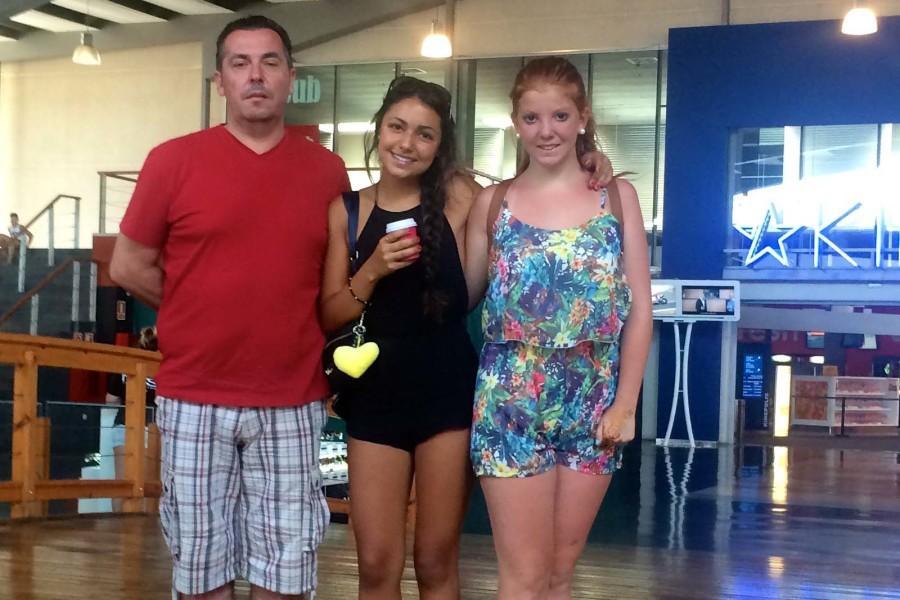Aquí estoy en el cine con mi Papa Alfonsi y mi hermana Esther.